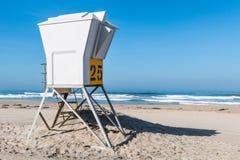 在和平的海滩的救生员塔在圣地亚哥 库存图片