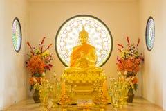 在和平的金黄菩萨雕象 库存照片