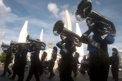 在和谐世界木偶狂欢节的游行乐队在曼谷,泰国 库存照片
