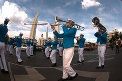 在和谐世界木偶狂欢节的游行乐队在曼谷,泰国 免版税库存照片