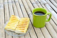 在咖啡上添面包 免版税图库摄影
