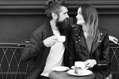 在咖啡休息期间,在爱的夫妇喝浓咖啡 点心和午餐时间概念 妇女和人有愉快的面孔的有 图库摄影