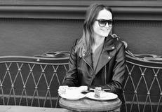 在咖啡休息期间,夫人喝咖啡 点心和午餐时间概念 有愉快的面孔的妇女 库存照片