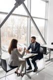 在咖啡休息的企业夫妇 免版税库存照片