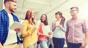 在咖啡休息的创造性的队谈话在办公室 免版税图库摄影