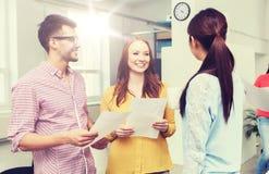 在咖啡休息的创造性的队谈话在办公室 免版税库存照片