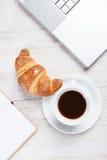 在咖啡休息的笔记本 免版税图库摄影