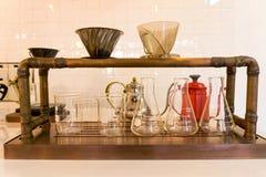 在咖啡咖啡馆,滴水咖啡的烧杯 库存图片