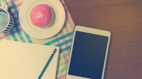 在咖啡店桌上的办公用品 放置在咖啡馆桌的运转的设备 库存图片
