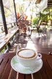 在咖啡店的热的拿铁 图库摄影