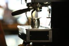 在咖啡店的煮浓咖啡器 库存照片