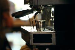 在咖啡店的煮浓咖啡器 免版税库存照片