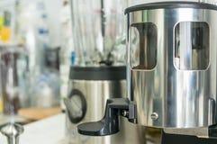 在咖啡店的磨咖啡器 库存图片