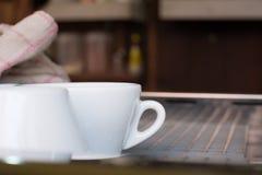 在咖啡店-葡萄酒样式作用图片的空的咖啡杯, 免版税库存照片