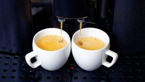 在咖啡机器的双浓咖啡准备 免版税库存图片