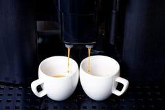 在咖啡机器的双重浓咖啡准备 图库摄影
