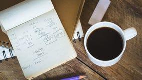 在咖啡杯和铅笔旁边的便条纸地方 库存图片