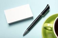在咖啡杯的名片空白和笔在办公室桌上 公司文具烙记的大模型 免版税库存照片
