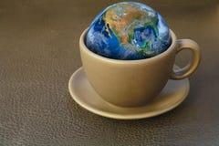 在咖啡杯的地球 NAS装备的此图象Earth.Elements 免版税库存图片