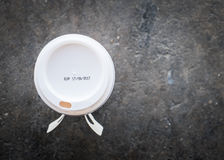 在咖啡杯的标签失效 免版税库存图片