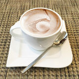 在咖啡杯的热奶咖啡艺术 免版税库存照片