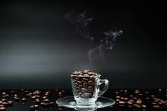 在咖啡杯的热的咖啡豆 免版税库存图片