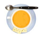 在咖啡杯的荷兰扁圆形干酪汤有匙子的 库存图片