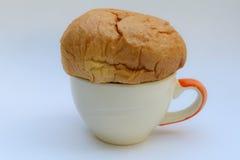 在咖啡杯的面包 免版税库存图片