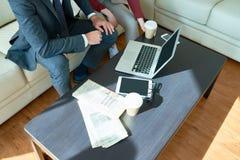 在咖啡桌上的企业供应 图库摄影
