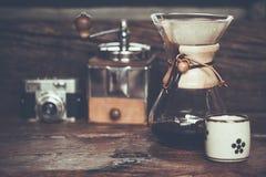 在咖啡渣的碾碎的咖啡倾吐的水看法与过滤器 免版税库存照片