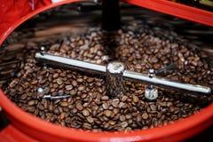 在咖啡烘烤器的烤咖啡豆 库存照片