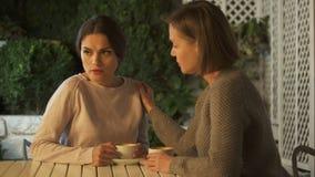 在咖啡的女性安慰的生气朋友,信任的联系,麻烦 影视素材
