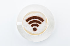 在咖啡的无线wifi热点标志 免版税库存照片