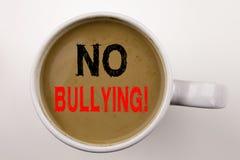 在咖啡的没有胁迫的文字文本在杯子 恶霸预防的企业概念反对学校工作或网络互联网Harassmen 免版税图库摄影