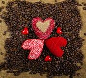 在咖啡背景的心脏 免版税库存图片