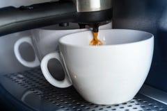 在咖啡设备的空白陶瓷杯子 免版税库存照片