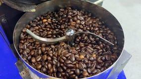 在咖啡豆烘烤的英尺长度在没有人的自动机器 股票录像