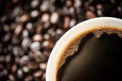 在咖啡豆的咖啡杯 免版税库存图片