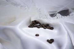 在咖啡豆的婚戒 库存图片