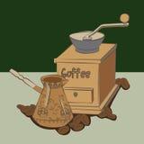 在咖啡豆的手研磨机临近土耳其人 免版税图库摄影