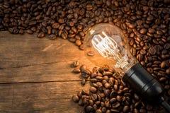 在咖啡豆的电灯泡 库存图片