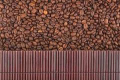 在咖啡豆的美丽的竹席子作为农业背景 图库摄影