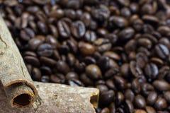 在咖啡豆的肉桂条 免版税库存照片