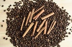 在咖啡豆的肉桂条 免版税库存图片