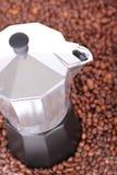 在咖啡豆的水壶 免版税库存照片