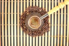 在咖啡豆背景的热的咖啡  库存照片