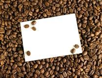 在咖啡豆背景的白色卡片  库存照片
