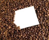 在咖啡豆背景的白色卡片  库存图片