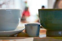 在咖啡闸的Coffe杯子 库存图片