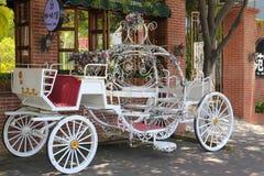 在咖啡馆之外的白色婚礼汽车 库存图片